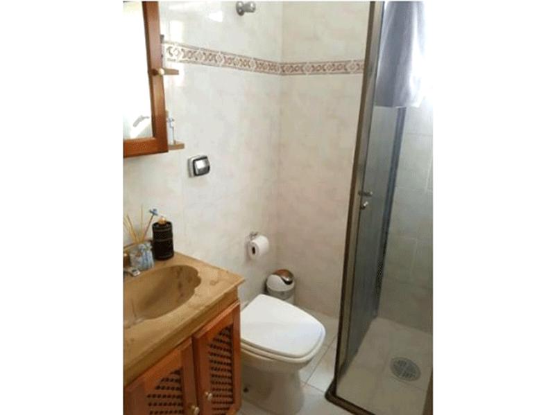 Sacomã, Apartamento Padrão-Banheiro social com piso de cerâmica, pia de mármore, gabinete e box de vidro.