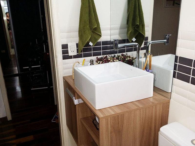 Jabaquara, Apartamento Padrão-Banheiro social com piso de porcelanato, cuba sobre posta, bancada de madeira, gabinete e box de vidro.