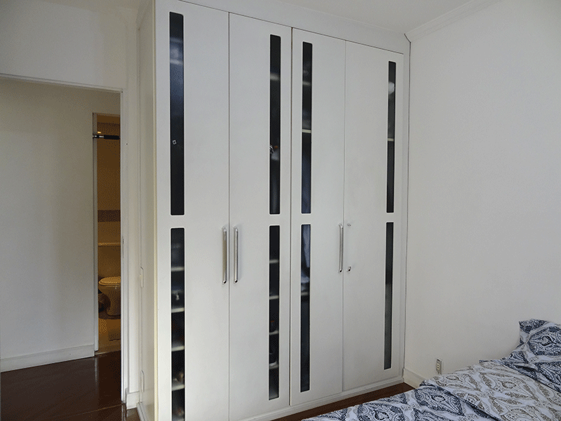 Sacomã, Apartamento Padrão-2º dormitório com piso laminado, teto com moldura de gesso e armários planejados.