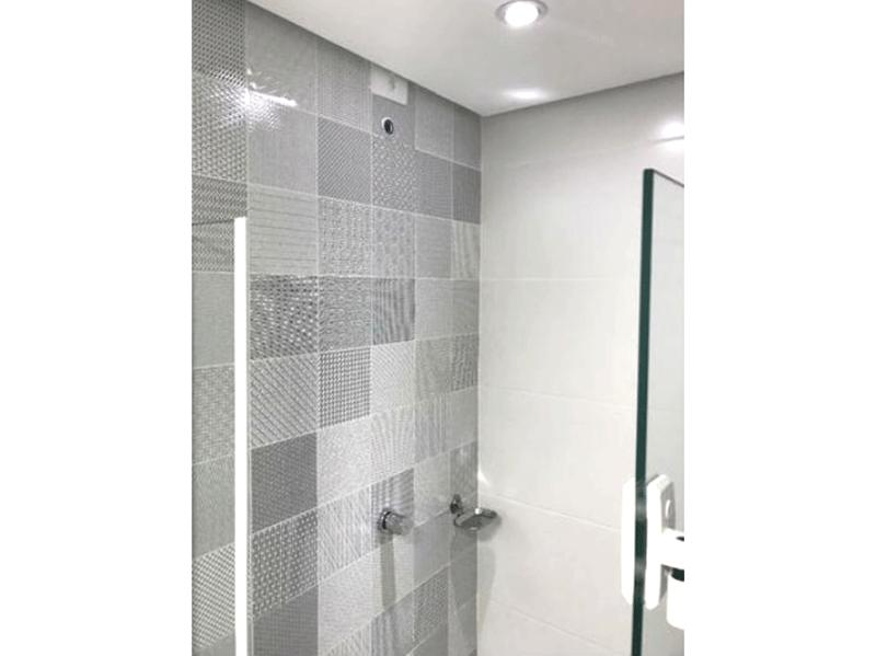 Jabaquara, Apartamento Padrão-Banheiro social com pia de granito, cuba sobre posta, box de vidro, teto rebaixado e iluminação embutida.