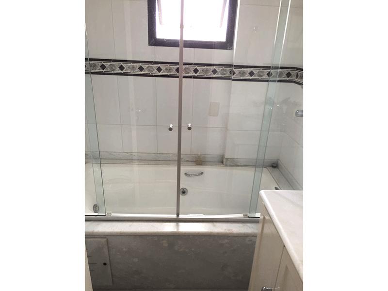 Sacomã, Apartamento Padrão-Banheiro da suíte com piso de cerâmica, pia de mármore, gabinete, hidro e box de vidro.