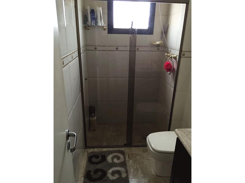 Sacomã, Apartamento Padrão-Banheiro social com piso de mármore, pia de mármore, gabinete e box de vidro.