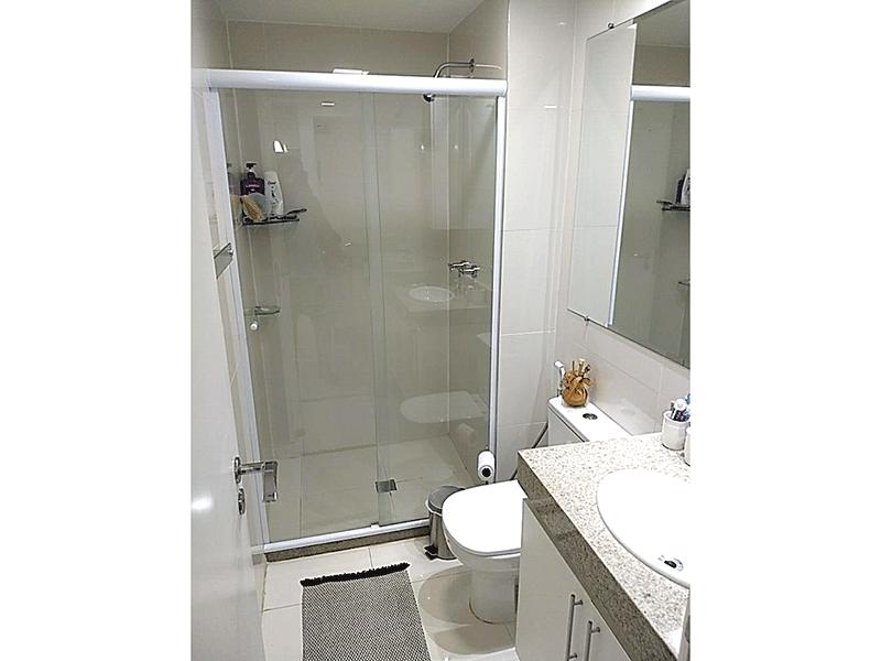 Jabaquara, Apartamento Garden-Banheiro da suíte com piso de cerâmica, pia de granito, gabinete e box de vidro.