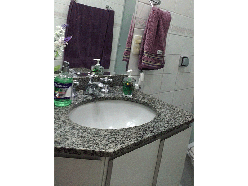 Jabaquara, Apartamento Padrão-Banheiro social com piso de cerâmica, teto com moldura de gesso, pia de granito, gabinete e box de vidro.
