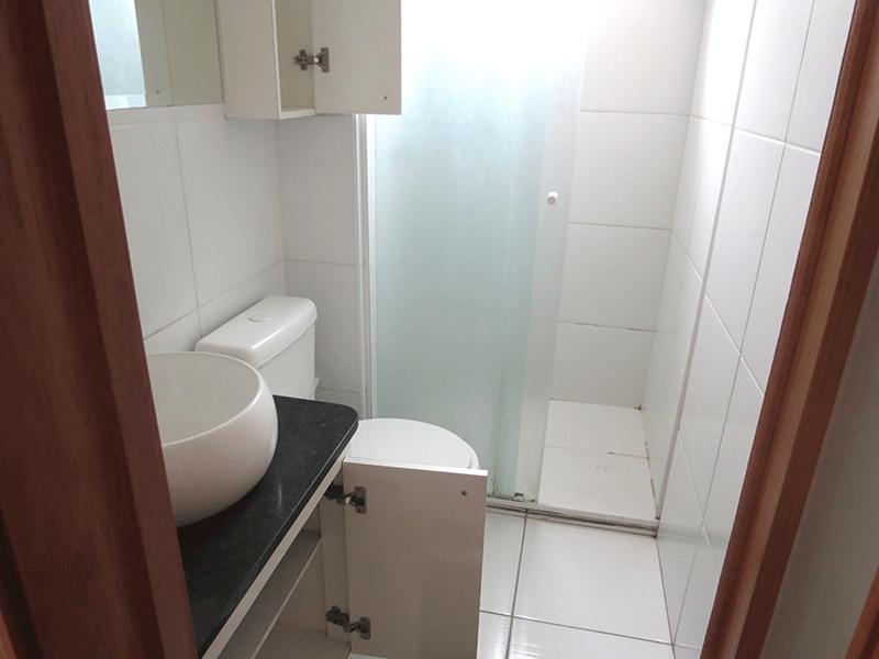 Sacomã, Apartamento Padrão-Banheiro com piso de cerâmica, cuba sobreposta, bancada de granito, gabinete e box de vidro.