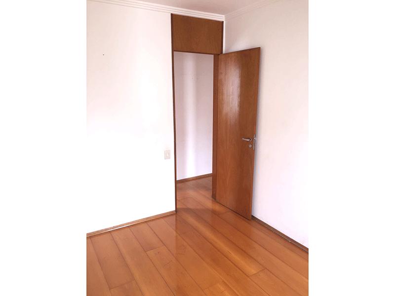 Sacomã, Apartamento Padrão-Dormitório com piso de madeira e teto com moldura de gesso.