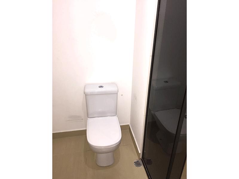 Sacomã, Apartamento Padrão-Banheiro com piso de cerâmica e box de vidro.