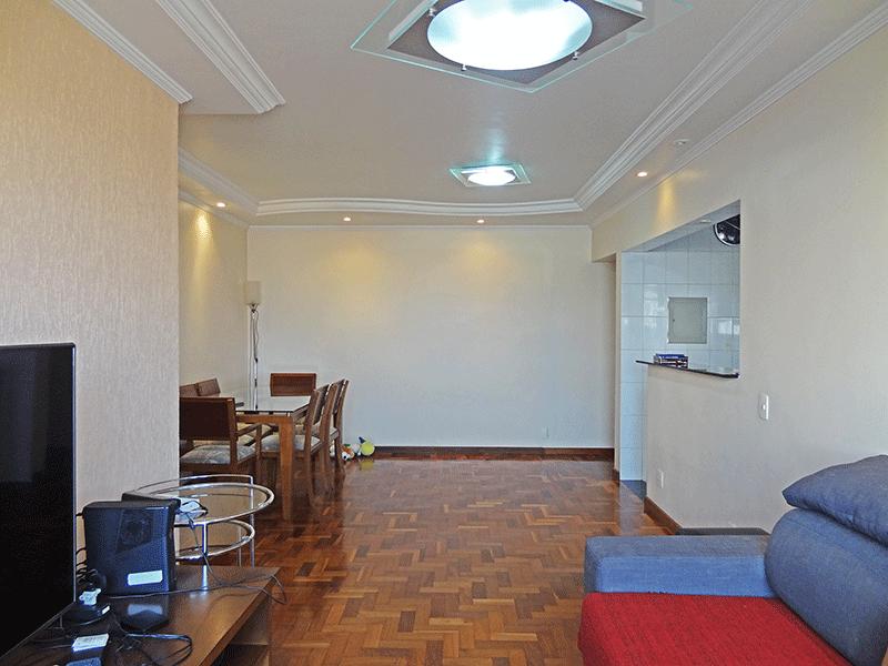 Jabaquara, Apartamento Padrão-Sala com dois ambientes, piso de madeira, teto com moldura de gesso e iluminação embutida.
