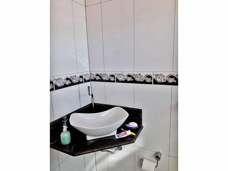 Jabaquara, Apartamento Padrão-Banheiro da suíte com piso de cerâmica, pia sobreposta e box de vidro.