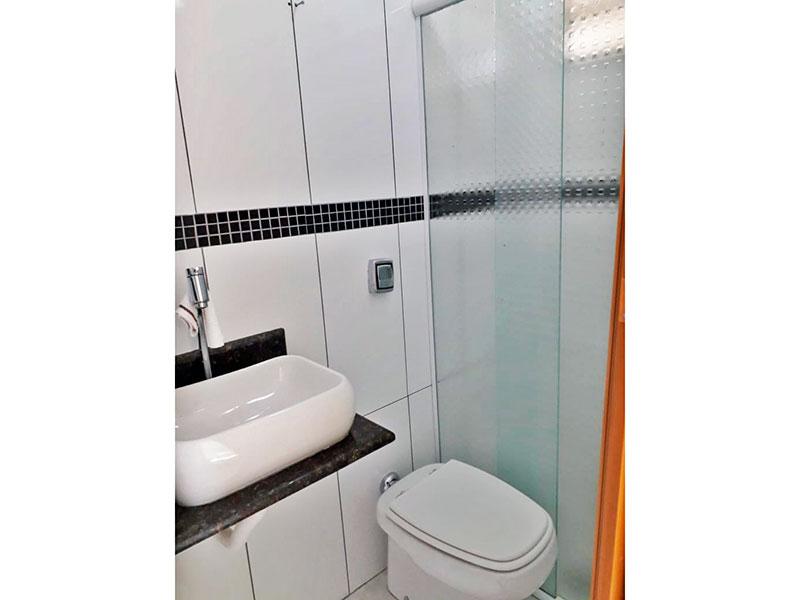 Jabaquara, Apartamento Padrão-Banheiro social com piso de cerâmica, pia sobreposta e box de vidro.
