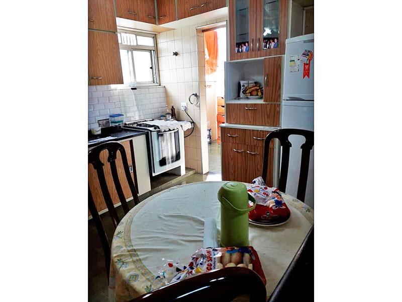 Jabaquara, Apartamento Padrão-Cozinha com piso de cerâmica, teto com moldura de gesso, armários planejados, gabinete, pia de granito e acesso a área e serviço.
