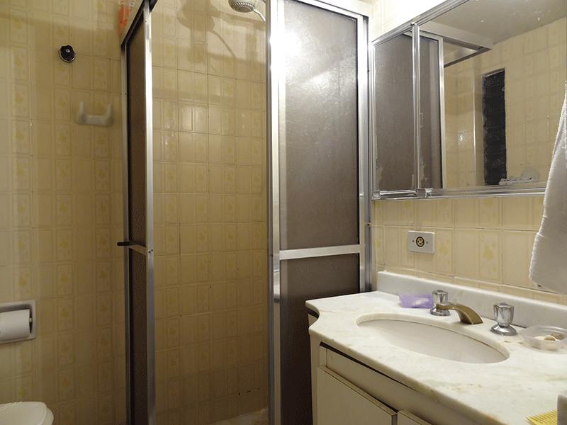 Jabaquara, Apartamento Padrão-Banheiro com piso de granito, pia de mármore e gabinete.