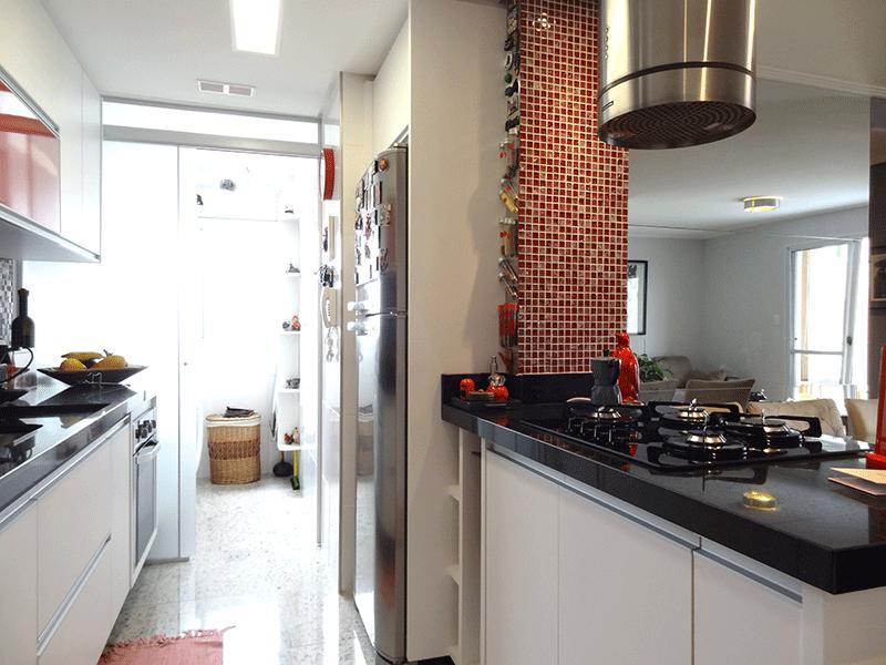 Sacomã, Apartamento Padrão-Cozinha com piso e pia de granito, gabinete, armários planejados e cooktop.