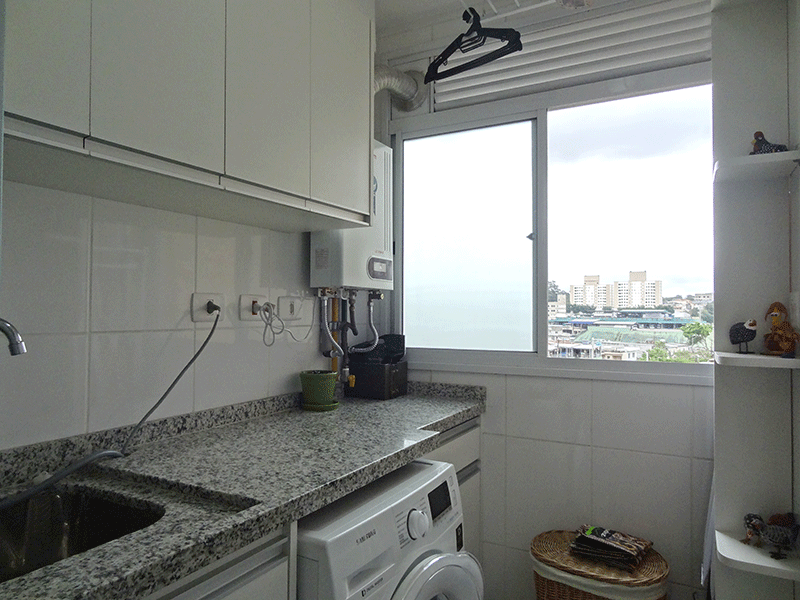 Sacomã, Apartamento Padrão-Área de serviço com piso e pia de granito, gabinete, armários planejados e aquecedor de passagem.