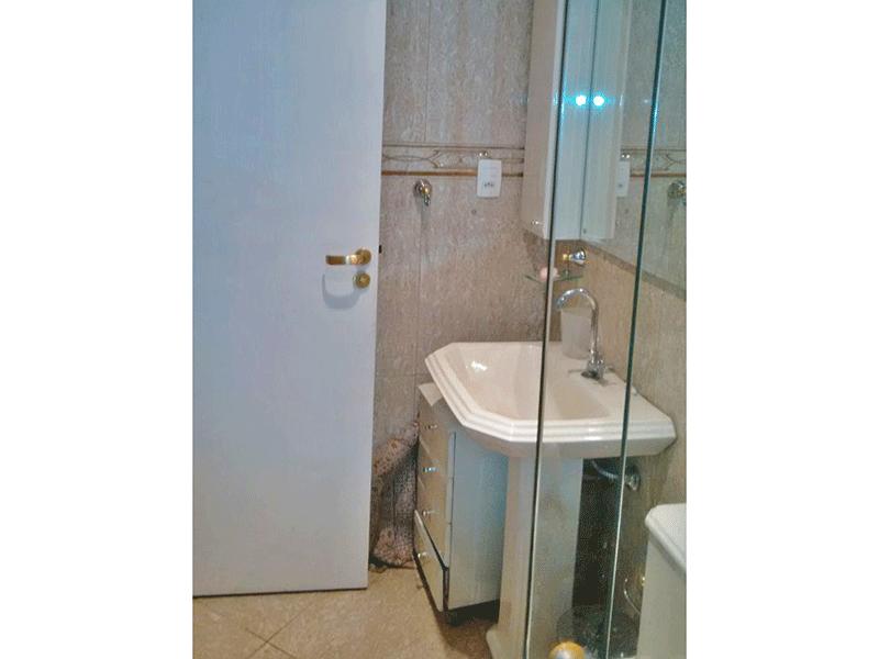 Sacomã, Apartamento Padrão-Banheiro com piso de cerâmica, teto com moldura de gesso, pia de porcelana e box de vidro.