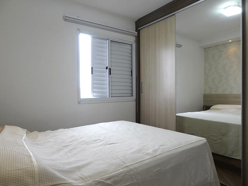 Sacomã, Apartamento Padrão-Suíte com piso laminado, teto com moldura de gesso, iluminação embutida e armários planejados.