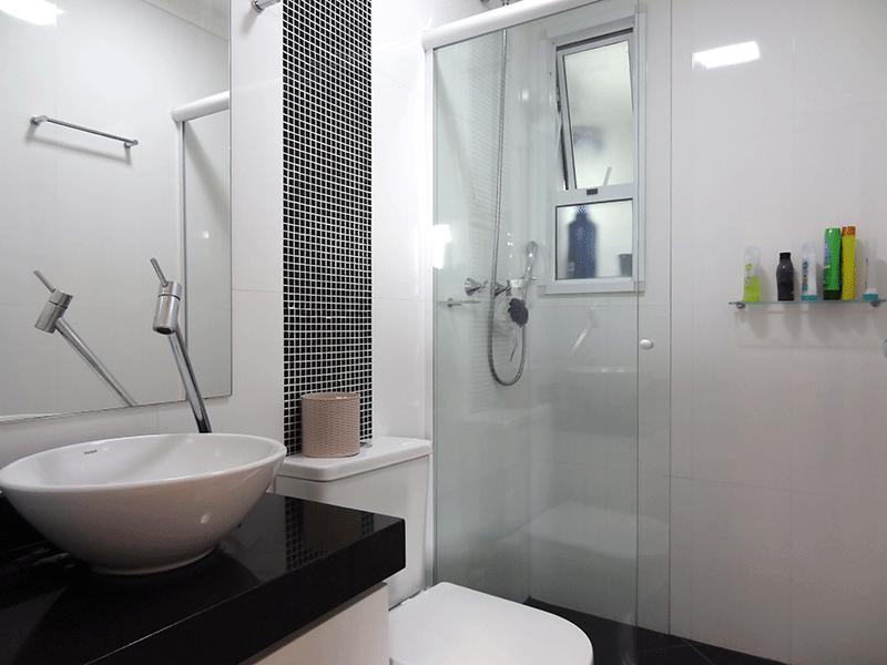 Sacomã, Apartamento Padrão-Banheiro social com piso de cerâmica, teto com moldura de gesso, cuba sobreposta, bancada de granito, gabinete e box de vidro.