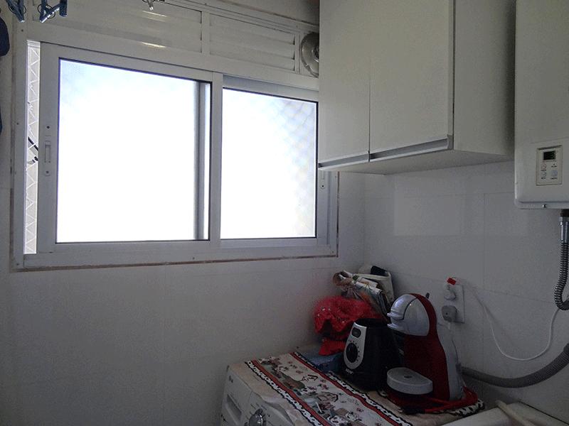 Sacomã, Apartamento Padrão-Área de serviço com piso de cerâmica, teto com moldura de gesso, armários planejados e aquecedor de passagem.