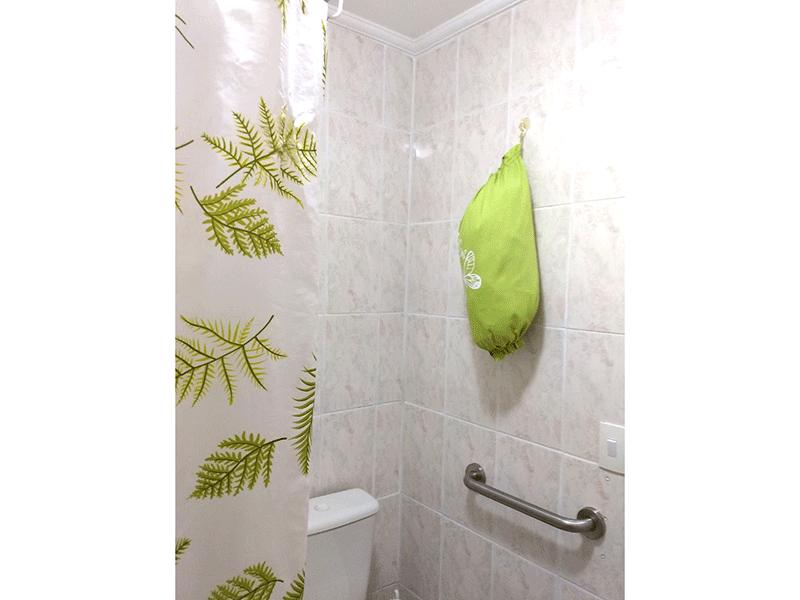 Sacomã, Apartamento Padrão-Banheiro com piso de cerâmica e teto com moldura de gesso.
