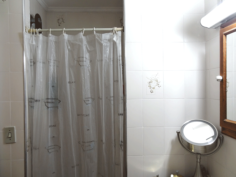 Jabaquara, Apartamento Padrão-Banheiro com piso de cerâmica, teto com moldura de gesso, pia de mármore e gabinete.
