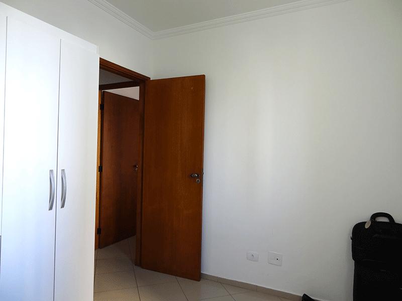 Ipiranga, Apartamento Padrão-2º dormitório com piso de porcelanato e teto com moldura de gesso.