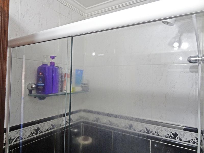 Sacomã, Apartamento Padrão-Banheiro com piso de cerâmica, teto com moldura de gesso, pia de mármore, gabinete e box de vidro.