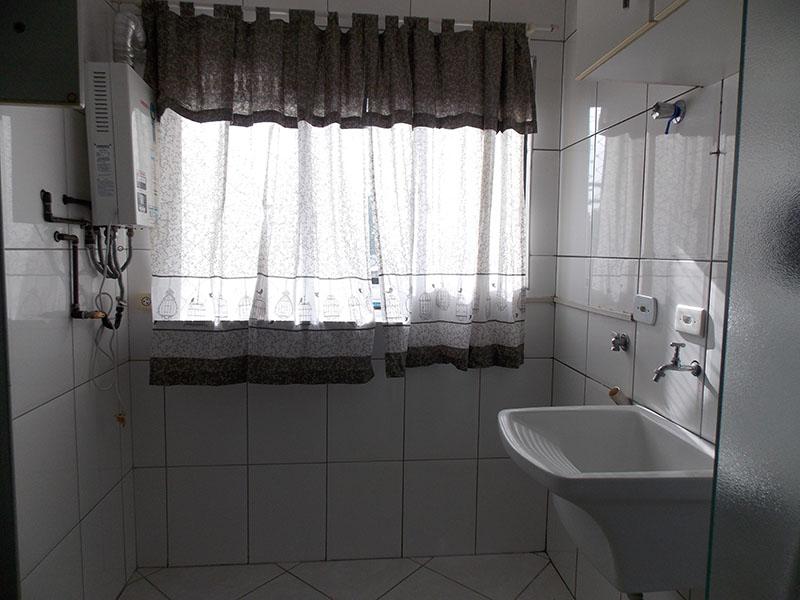 Sacomã, Apartamento Padrão-Área de serviço com piso de cerâmica, pia de porcelana e aquecedor de passagem.