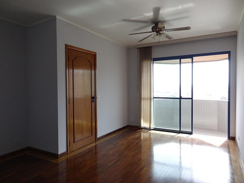 Ipiranga, Apartamento Padrão - Sala com dois ambientes, piso de madeira e teto com moldura de gesso.