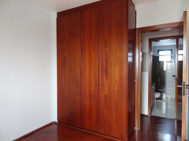 Ipiranga, Apartamento Padrão-Dormitório com piso laminado e armários planejados.