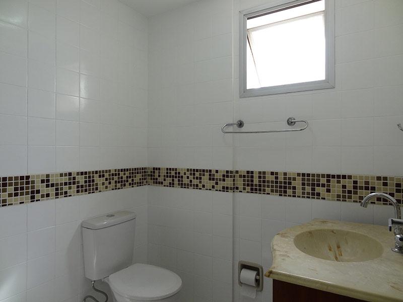Jabaquara, Apartamento Padrão-Banheiro com piso de cerâmica, pia de mármore e gabinete.