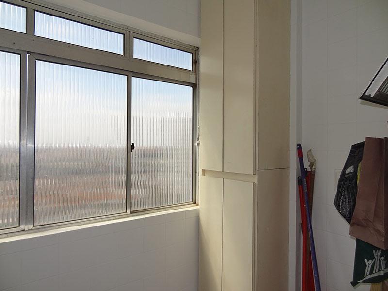 Jabaquara, Apartamento Padrão-Área de serviço com piso de cerâmica e armários planejados.