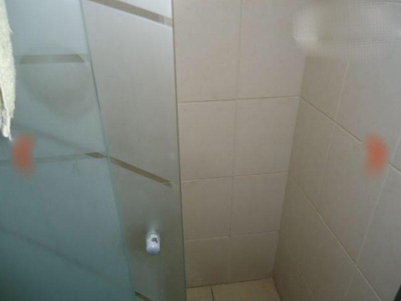Jabaquara, Apartamento Padrão-Banheiro da suíte com piso de cerâmica, cuba sobreposta, bancada de mármore e box de vidro.
