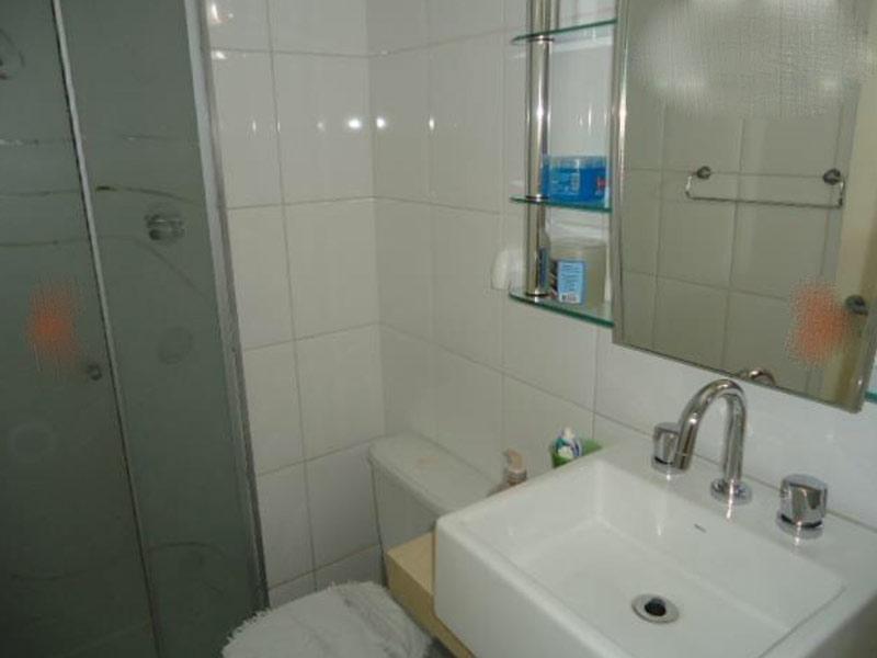 Jabaquara, Apartamento Padrão-Banheiro social com piso de cerâmica, cuba sobreposta, bancada de mármore e box de vidro.