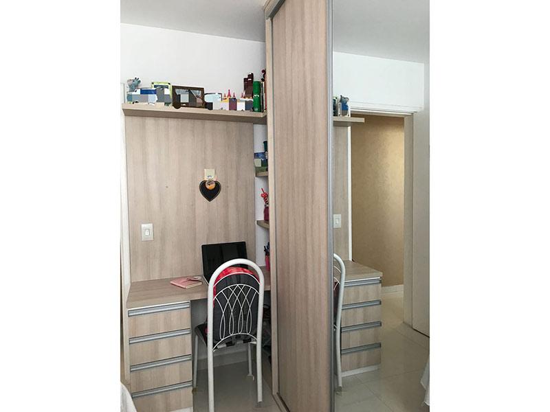 Ipiranga, Apartamento Padrão-Dormitório com piso de porcelanato e armários planejados.