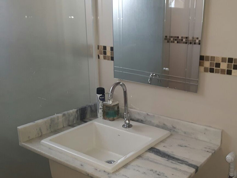 Sacomã, Apartamento Padrão-Banheiro com piso de cerâmica, pia de mármore e box de vidro.