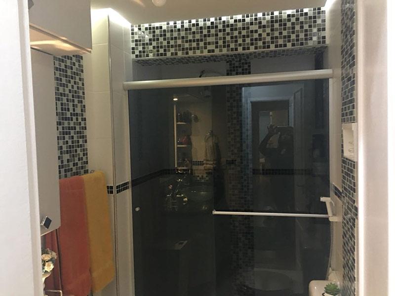 Sacomã, Apartamento Padrão-Banheiro da suíte com piso de porcelanato, teto rebaixado, iluminação embutida, cuba sobreposta, bancada de granito, gabinete e box de vidro.