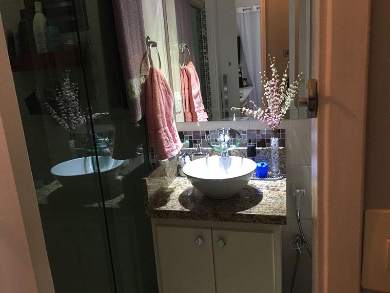 Sacomã, Apartamento Padrão-Banheiro social com piso de porcelanato, teto rebaixado, iluminação embutida, cuba sobreposta, bancada de granito, gabinete e box de vidro.