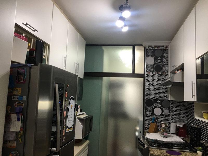 Sacomã, Apartamento Padrão-Cozinha com piso laminado, teto com moldura de gesso, pia de granito, gabinete e armários planejados.