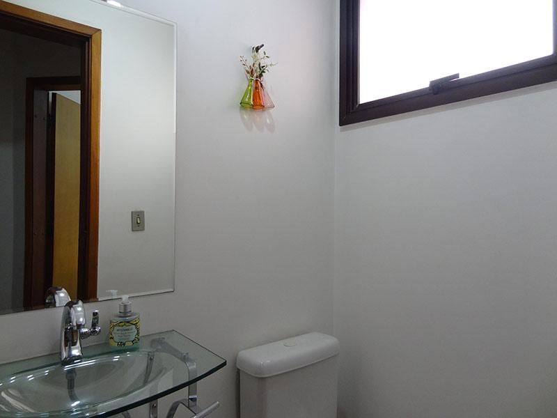 Ipiranga, Apartamento Padrão-Lavabo com piso de mármore, teto com moldura de gesso e pia de vidro.