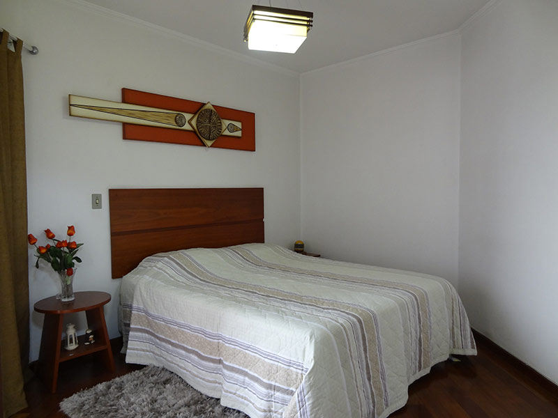 Ipiranga, Apartamento Padrão-Suíte com piso de madeira e teto com moldura de gesso.
