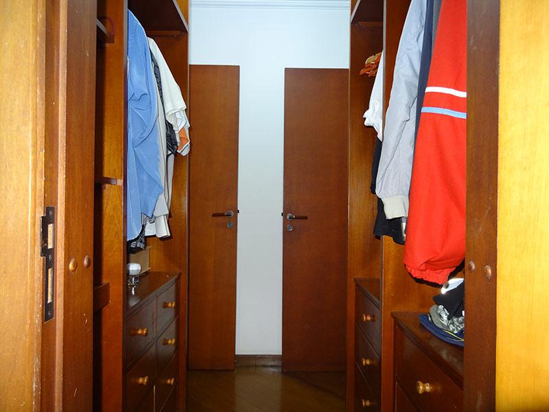 Ipiranga, Apartamento Padrão-Closet com piso de madeira e armários planejados.