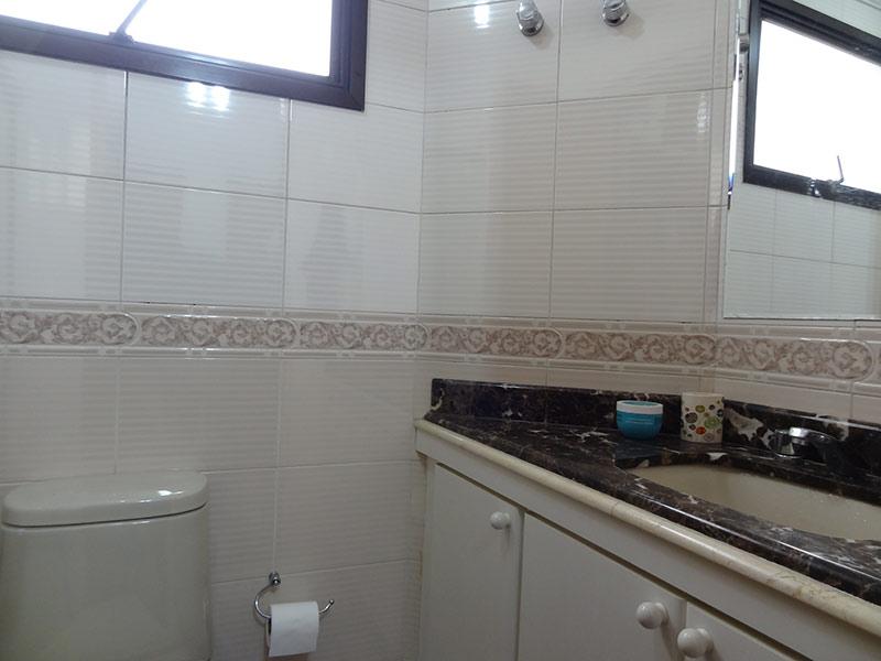 Ipiranga, Apartamento Padrão-Banheiro da suíte com piso de cerâmica, teto com moldura de gesso, pia de mármore, gabinete e box de vidro.