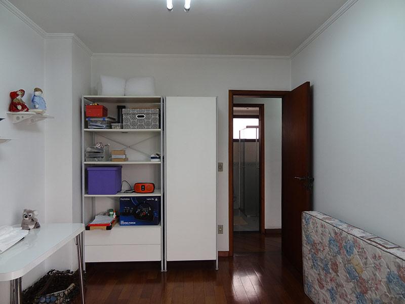 Ipiranga, Apartamento Padrão-2º dormitório com piso de madeira e teto com moldura de gesso.