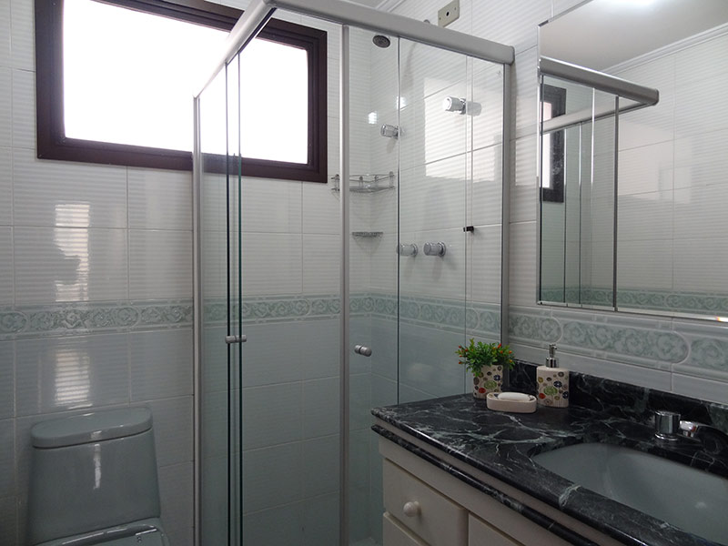 Ipiranga, Apartamento Padrão-Banheiro social com piso de cerâmica, teto com moldura de gesso, pia de mármore, gabinete e box de vidro.
