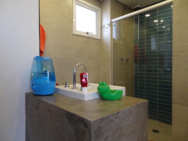 Sacomã, Apartamento Padrão-Banheiro da suíte com piso de porcelanato, teto rebaixado, pia semi encaixe, gabinete e box de vidro.