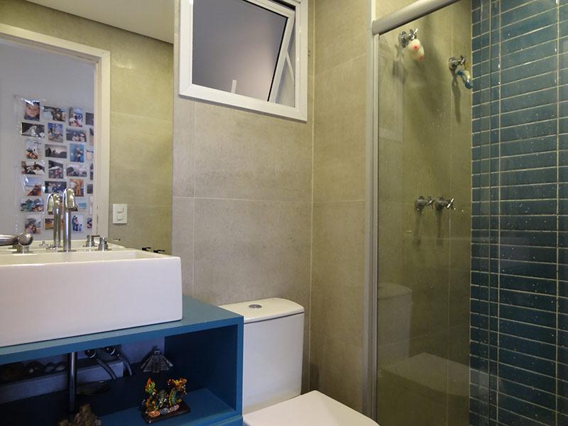 Sacomã, Apartamento Padrão-Banheiro social com piso de porcelanato, teto rebaixado, cuba sobreposta, gabinete e box de vidro.