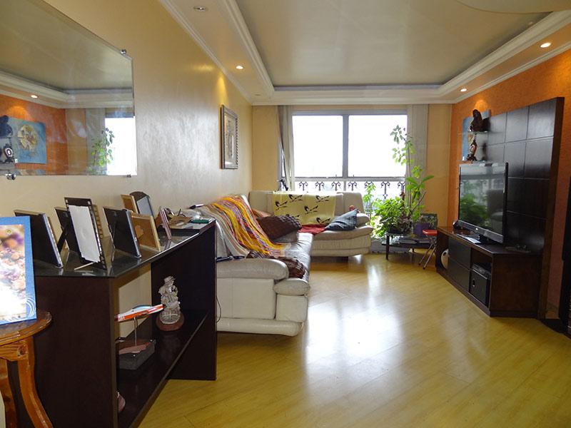 Jabaquara, Apartamento Padrão - Sala com dois ambientes, piso laminado, teto sanca com moldura de gesso e iluminação embutida.