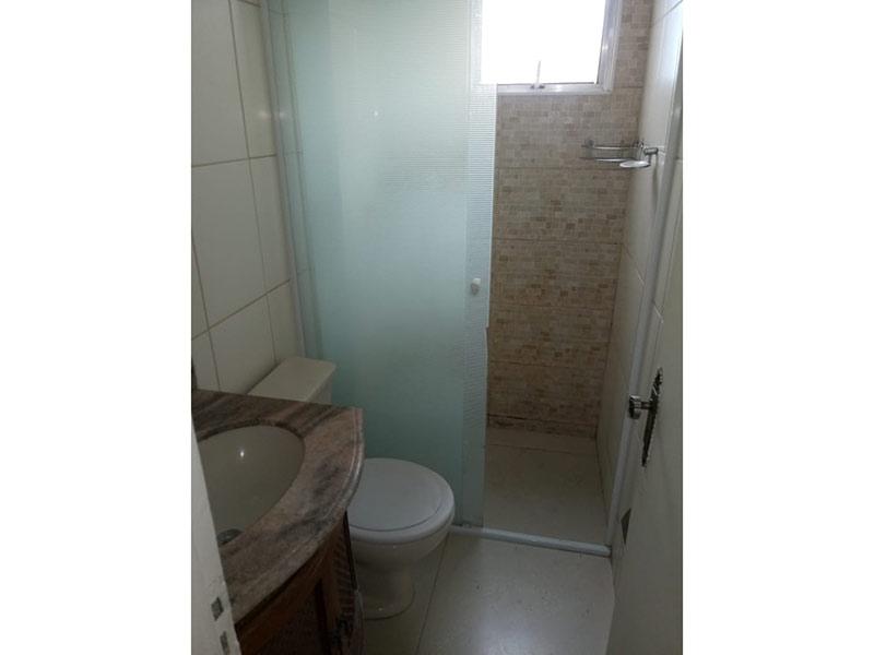 Jabaquara, Apartamento Padrão-Banheiro com piso de cerâmica, pia de mármore, gabinete e box de vidro.