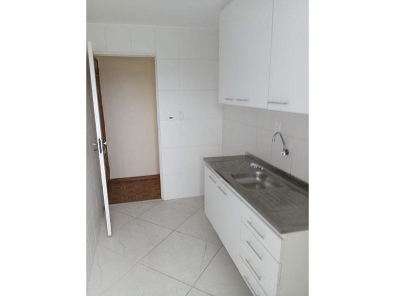 Jabaquara, Apartamento Padrão-Cozinha com piso de cerâmica, pia de aço inox, gabinete e armários planejados.