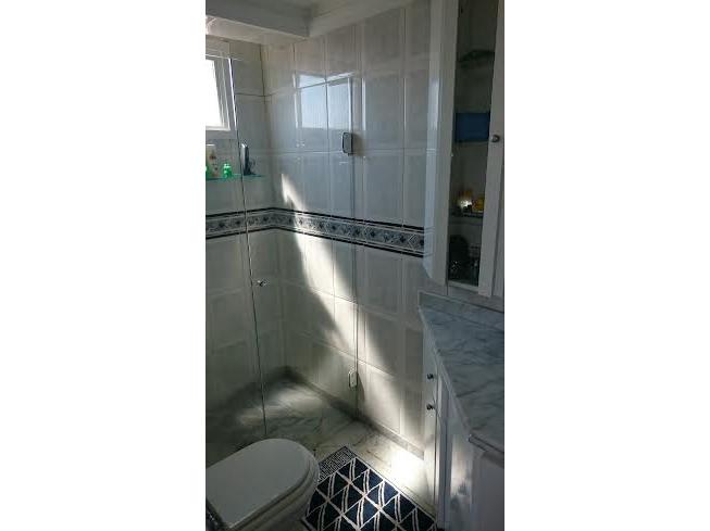 Ipiranga, Cobertura Duplex-Banheiro da suíte com piso de mármore, teto com moldura de gesso, pia de mármore, gabinete e box de vidro.